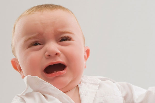 Trẻ sơ sinh bị sưng một bên tinh hoàn